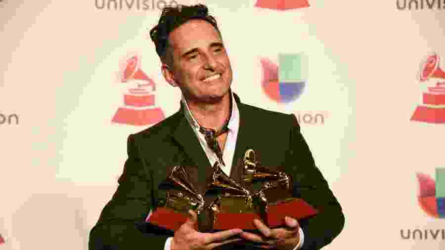 O cantor uruguaio Jorge Drexler posa com seus Grammys em Las Vegas (EUA) - Bridget Bennet/AFP
