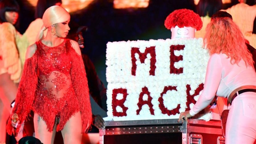 """Cardi B viu o palco ser invadido por letreiro com os dizeres """"Volta para mim, Cardi"""" - Getty Images"""