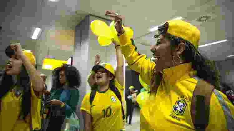 Torcedoras recebem a seleção de futebol feminino no aeroporto de Guarulhos nesta terça-feira (25) - Jardiel Carvalho/UOL - Jardiel Carvalho/UOL
