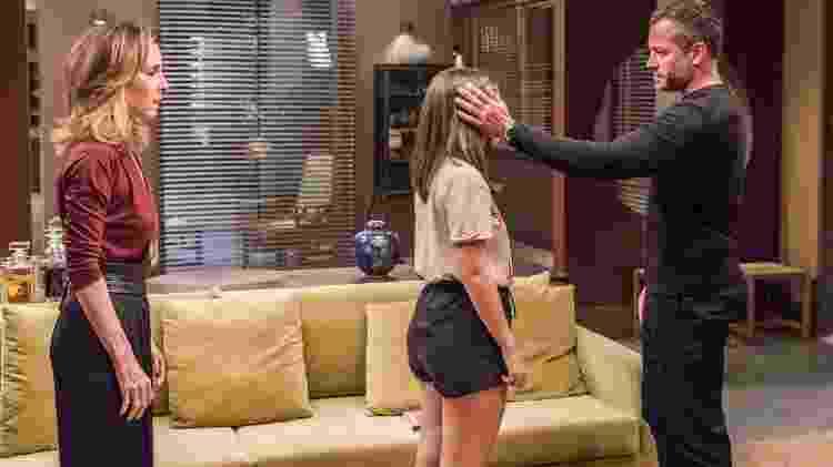 Cássia (Mel Maia) fica arrasada com a separação dos pais Lyris (Deborah Evelyn) e Agno (Malvino Salvador) - Paulo Belote/Globo