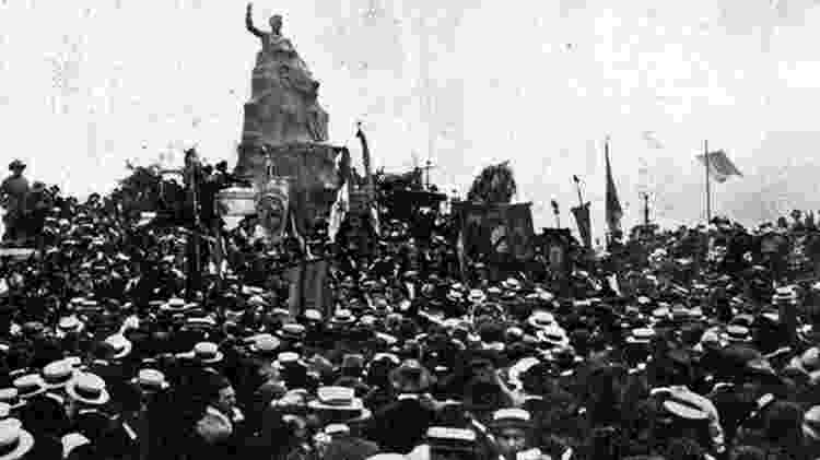 Uma multidão acompanhou a inauguração do monumento a Olavo Bilac, em 7 de setembro de 1922 - Reprodução via BBC