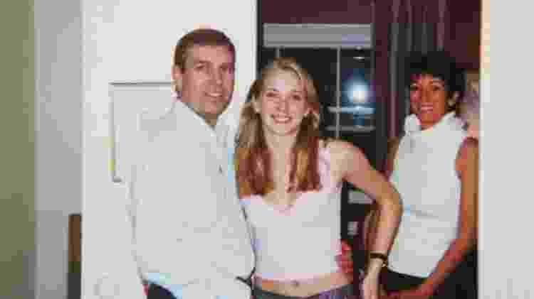 Príncipe sugere que esta foto, em que aparece com a então adolescente, foi adulterada - Virginia Roberts