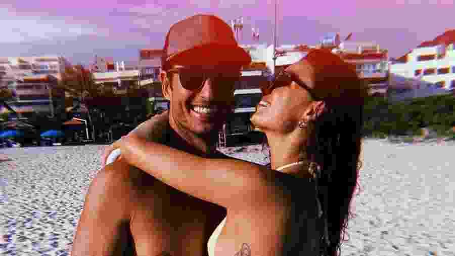 Isis Valverde com o marido, André Resende, na praia - Reprodução/Instagram