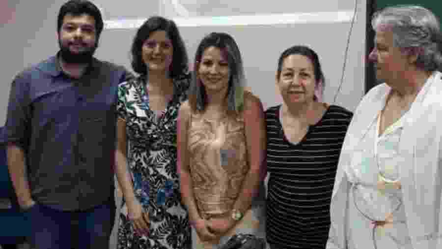 Simone (ao centro) e os professores: oito anos como empregada e faxineira para que pudesse estudar - Arquivo pessoal