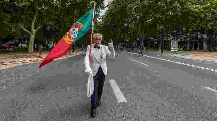 Carlos Alberto Ferreira, de 72 anos, carrega solitário a bandeira de Portugal na Avenida Liberdade durante a celebração da Revolução do Cravos - Corbis/Getty Images - Corbis/Getty Images