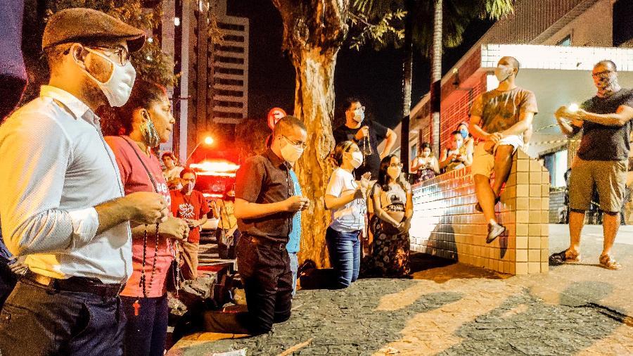 16.ago.2020 - Manifestantes anti aborto fazem oração em frente hospital onde menina abusada de 10 anos sofre um aborto - Anderson Nascimento/Estadão Conteúdo