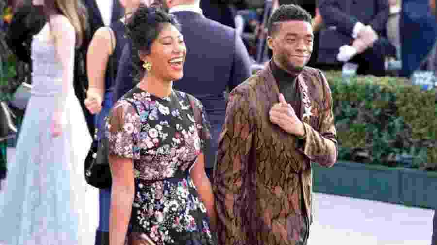 27.jan.2019 - Chadwick Boseman e Taylor Simone Ledward chegam juntos ao 25º Screen ActorsGuild Awards, em Los Angeles, na Califórnia - Sarah Morris/Getty Images
