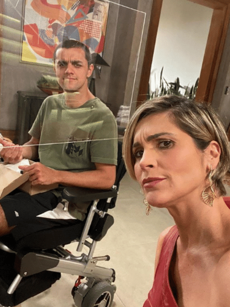 """Flávia Alessandra e Felipe Simas nas gravações de """"Salve-se Quem Puder"""" - Reprodução/Instagram/@flaviaalessandra"""