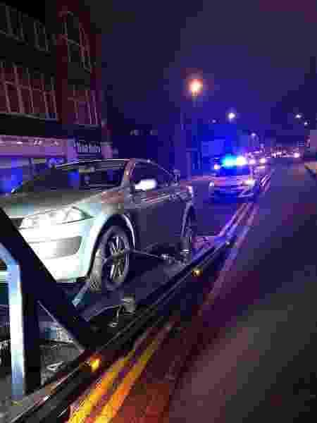 O caso inusitado aconteceu na última semana na Inglaterra; o Renault Megane foi apreendido pela polícia - Reprodução/Twitter/@NNSpecials