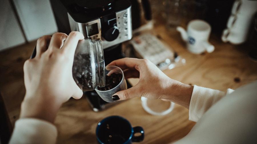 Moedor e cafeteira são itens recomendados para quem ama fazer o próprio café - Getty Images