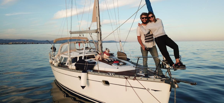 Sandro Masselli, Isabela Almeida e uma das companhias caninas do casal no veleiro - Arquivo pessoal