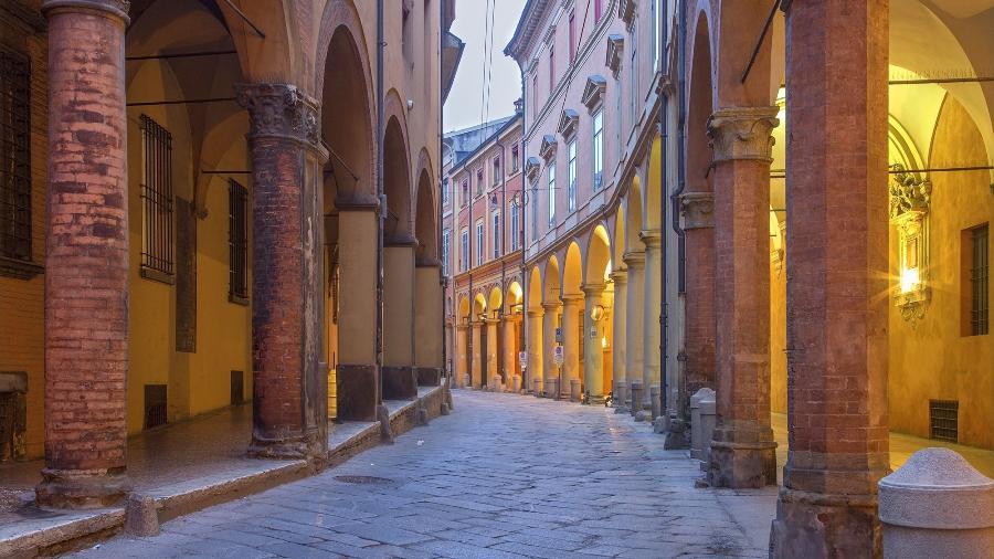 Marcas arquitetônicas mais características de Bolonha se estendem no centro histórico da cidade - iStockphotos