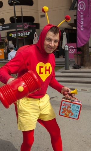 12.jul.2015 - Vestido de Chapolin Colorado, fã posa para fotos no último dia da San Diego Comic-Con 2015