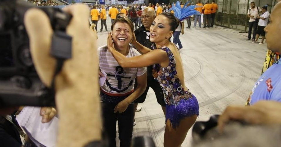 13.dez.2015 - A rainha de bateria Sabrina Sato participa de ensaio técnico da Vila Isabel, no Rio de Janeiro, e brinca com David Brazil