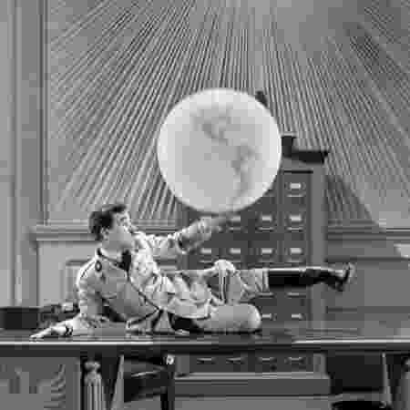 """Chaplin brinca com globo terrestre em cena clássica de """"O Grande Ditador"""" - Reprodução - Reprodução"""
