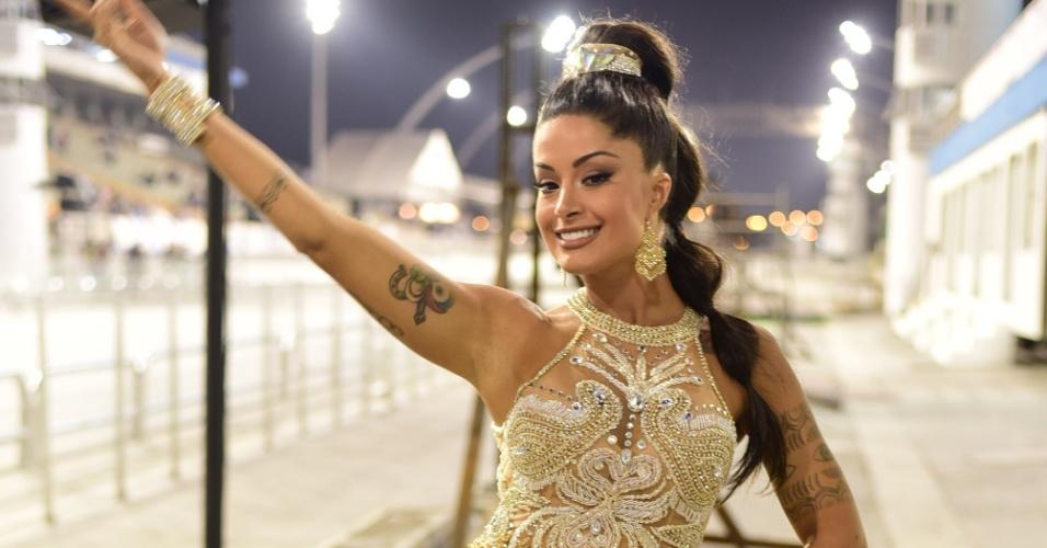 22.jan.2015 - Rainha de bateria, Aline Riscado participa do ensaio técnico da Acadêmicos do Tucuruvi no sambódromo do Anhembi, em São Paulo, na noite desta sexta-feira