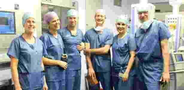 A equipe médica que participou da operação - Reprodução/EPA - Reprodução/EPA