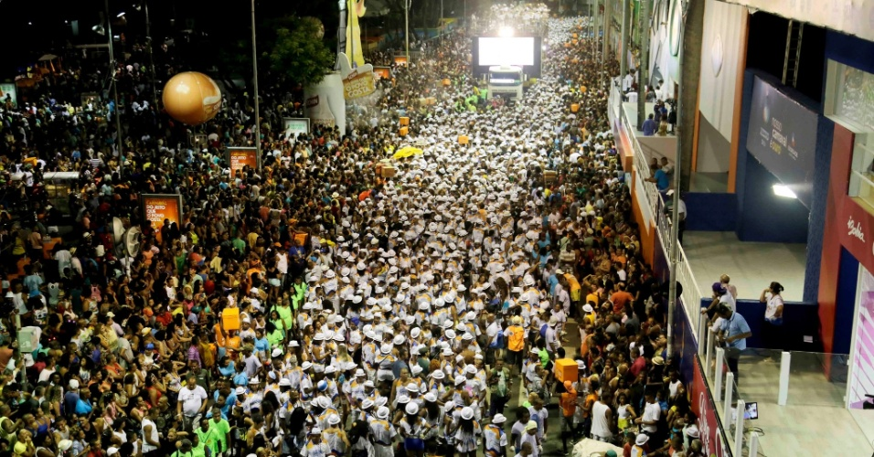 4.fev.2016 - Multidão acompanha o bloco Alerta Geral, em Salvador