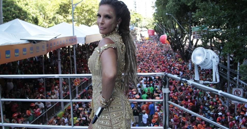 7.fev.2016 - Com look dourado e dreadlocks no cabelo, Ivete Sangalo começa desfile no circuito Campo Grande com sucessos e pedindo respeito às mulheres