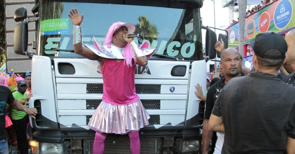 8.fev.2016 - Homens saem no circuito Campo Grande com fantasias rosas e maquiagem de mulher para acompanhar o bloco As Muquiranas, que nesta segunda-feira, é comandada por Psirico