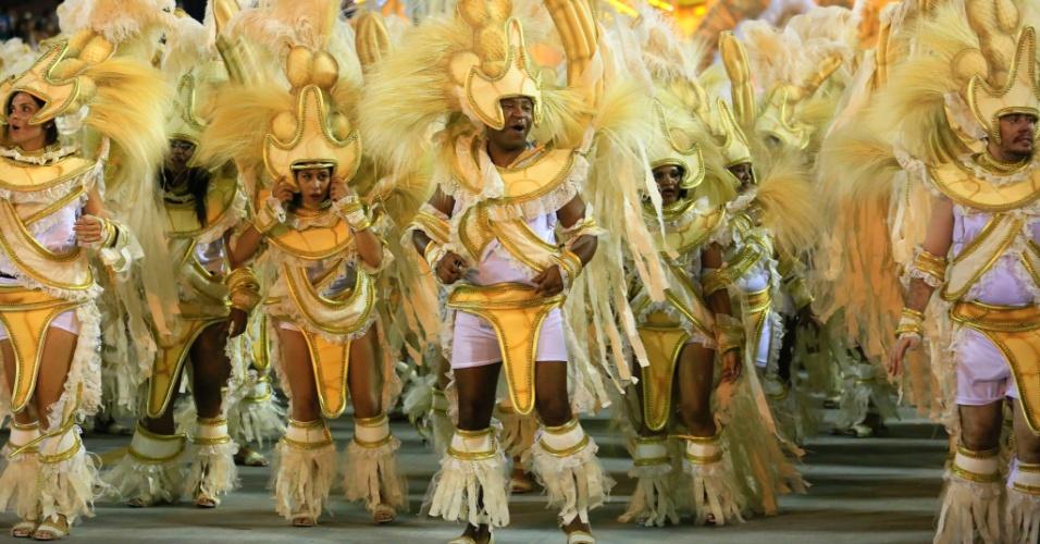 """8.fev.2016 - Desfile da Unidos de Vila Isabel, primeira escola a entrar na Sapucaí nesta segunda. Samba-enredo traz o tema """"Memórias do Pai Arraia - Um Sonho Pernambucano, um Legado Brasileiro"""""""