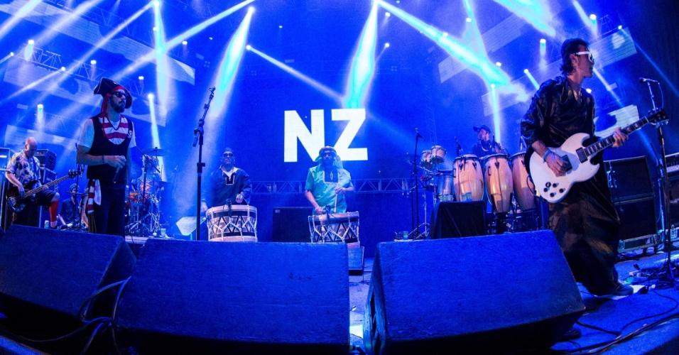 8.fev.2016 - A banda Nação Zumbi se apresenta no palco do Marco Zero, no Recife, e faz público sair do chão com sucessos antigos, novos e até músicas de outros compositores, como Lenine