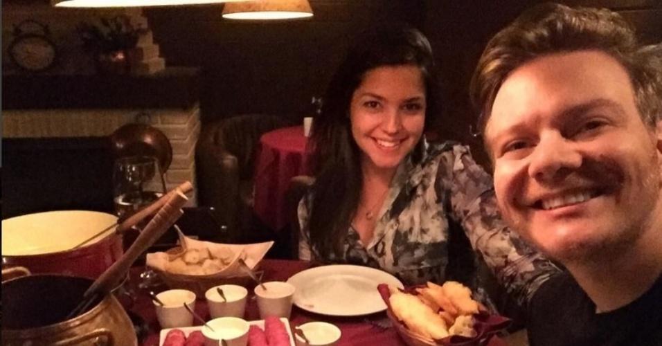 """21.mar.2016 - Na noite desta segunda-feira, Thais Fersoza publicou uma foto no Instagram em que aparece jantando ao lado do marido, o sertanejo Michel Teló. """"Huuuuum! Hoje não teve jeito.. Rsrs matando a vontade da mamãe!"""". A atriz confirmouque estava grávida  no dia 17 de fevereiro com um post patrocinado por uma marca de teste de gravidez em seu Instagram"""