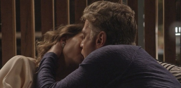 """Natasha (Lavínia Vlasak) e Arthur (Fábio Assunção) se beijam novamente em """"Totalmente Demais"""" - Reprodução/""""Totalmente Demais""""/GShow"""
