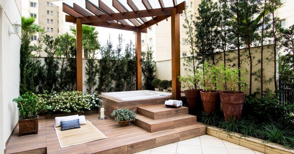 A arquiteta Paula Ferraz criou um pergolado triangular de madeira (cumaru) com cobertura de policarbonato sobre uma banheira de hidromassagem (Jacuzzi), no terraço desta casa paulistana. A estrutura quebra a incidência direta de sol e dá um toque zen ao ambiente