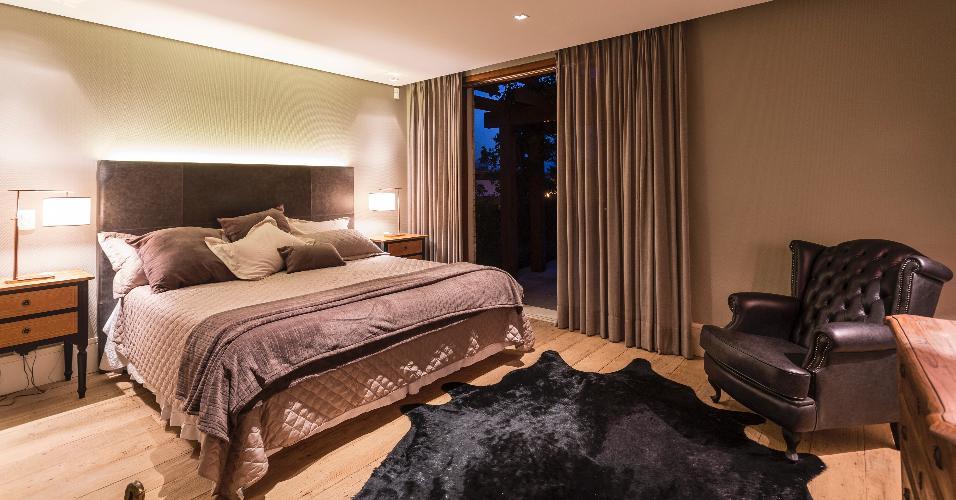 Como se nota neste dormitório, a proposta de decoração do arquiteto Maurício Karam foi unir materiais rústicos como couro e madeira para um estilo