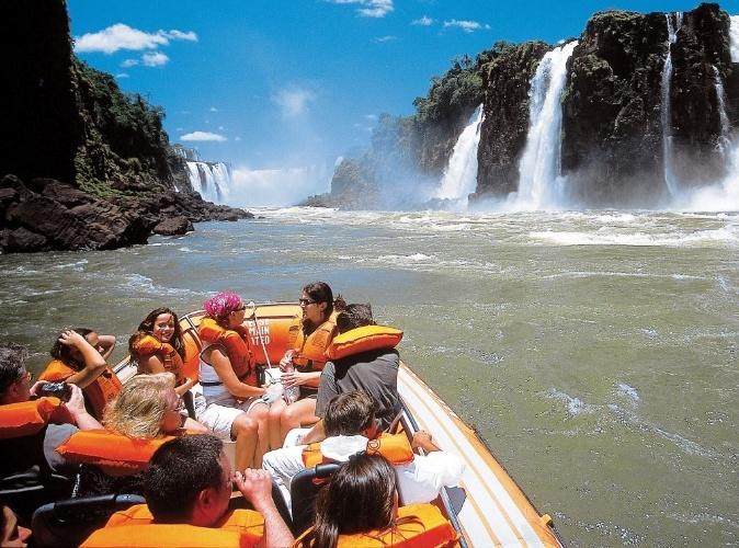Foz do Iguaçu (PR): O Submarino Viagens (www.submarinoviagens.com.br) tem pacote de quatro noites em Foz do Iguaçu a partir de R$ 1.335 por pessoa, em apartamento duplo. Inclui passagens aéreas e hospedagem com café da manhã. Reservas: (11) 3003-2989. (Preços e condições consultados em janeiro de 2017 e sujeitos a alterações. Entre em contato com o estabelecimento antes de fazer a reserva)