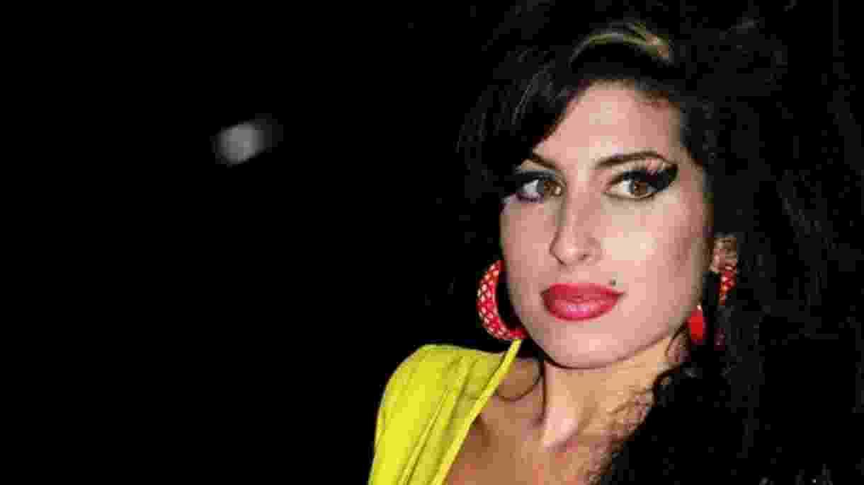 Amy Winehouse teve uma longa batalha contra a dependência e morreu aos 27 anos de intoxicação alcoólica - Getty Images