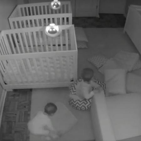 Os bebês Andrew e Ryan foram flagrados fazendo a maior festa durante a madrugada - Reprodução/Facebook