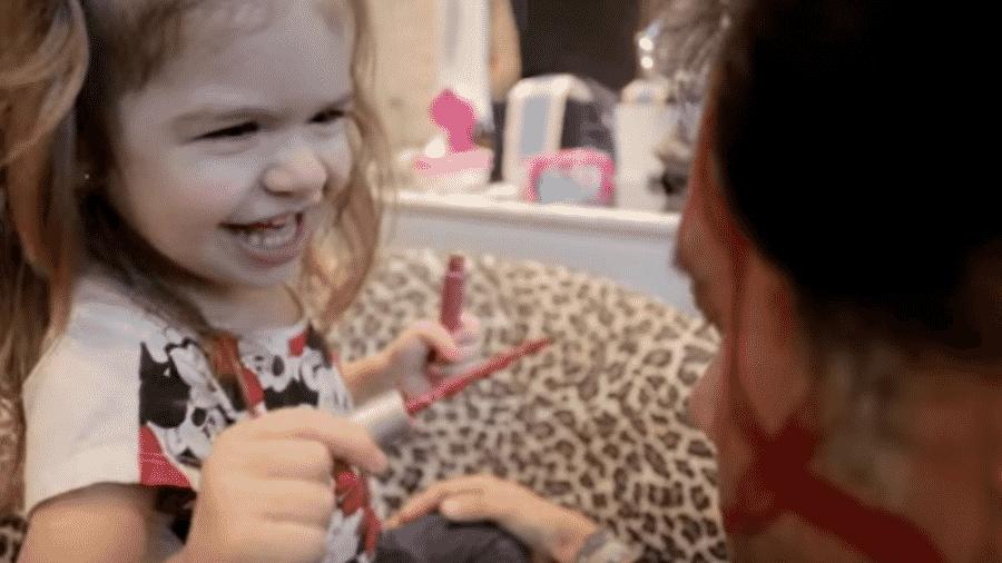 Valentina se diverte maquiando Xalana, amigo de sua mãe, Mirella Santos - Reprodução/YouTube