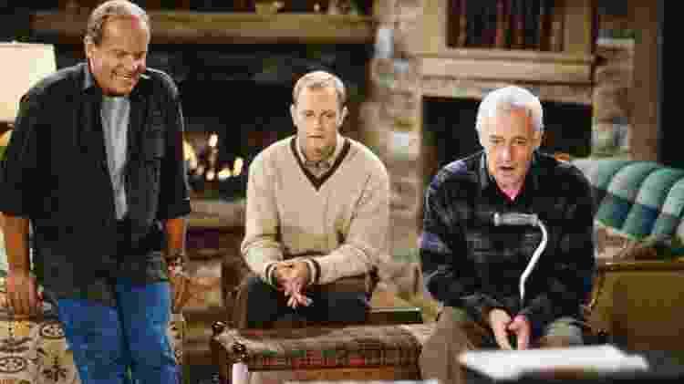Os irmãos Frasier (Kelsey Grammer) e Niles (David Hyde Pierce) com o pai Martin (John Mahoney) - Reprodução - Reprodução