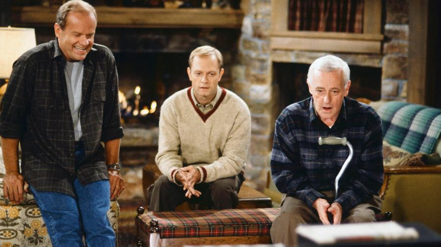 Os irmãos Frasier (Kelsey Grammer) e Niles (David Hyde Pierce) com o pai Martin (John Mahoney) - Reprodução