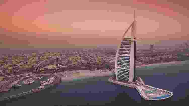 Vista do hotel Burj Al Arab com a paisagem de Dubai ao fundo - Divulgação/Burj Al Arab Jumeirah - Divulgação/Burj Al Arab Jumeirah