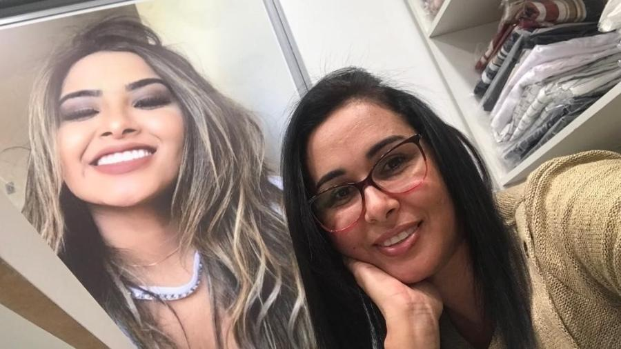 Eva ao lado da foto da filha, na loja que inaugurou no bairro do Brás - Arquivo Pessoal
