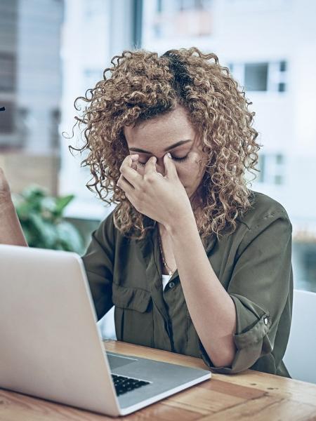 Empresas ignoram problema de funcionárias vítimas de violência em casa - PeopleImages/iStock