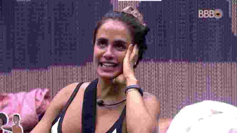 Carolina conversa com Paula no quarto do líder - Reprodução/GloboPlay
