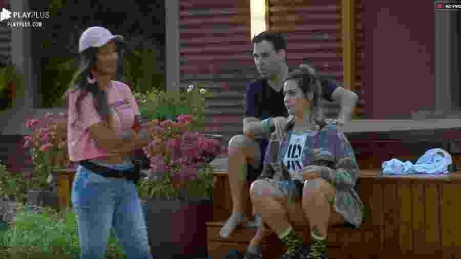 Tati Dias conversa com peões na tarde de hoje - Reprodução/Play Plus