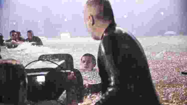 Teo (Felipe Simas) no momento em que ele entra na água no meio da tempestade - Divulgação/ Globo/João Miguel Júnior - Divulgação/ Globo/João Miguel Júnior