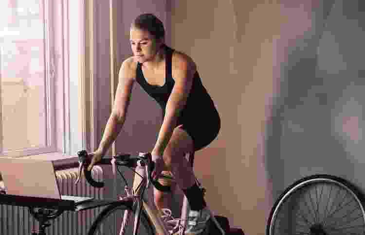 Bicicleta; bike indoor; rolo de treino - iStock - iStock
