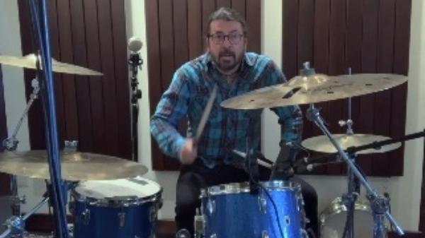 Dave Grohl faz música em homenagem a Nandi Bushell