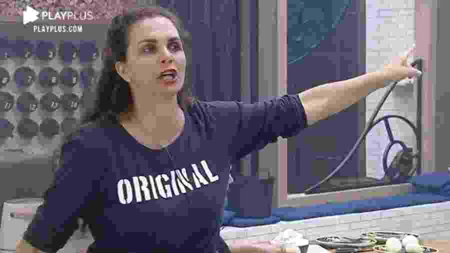 A Fazenda 2020: Luiza Ambiel briga com Jake Oliveira durante preparação do almoço - Reprodução/RecordTV