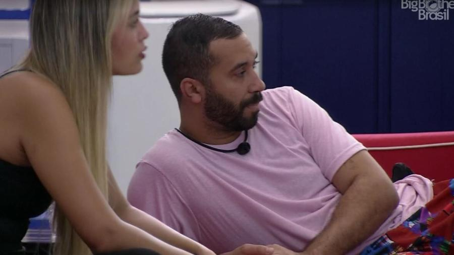 BBB 21: Sarah e Gilberto conversam na área externa - Reprodução/ Globoplay