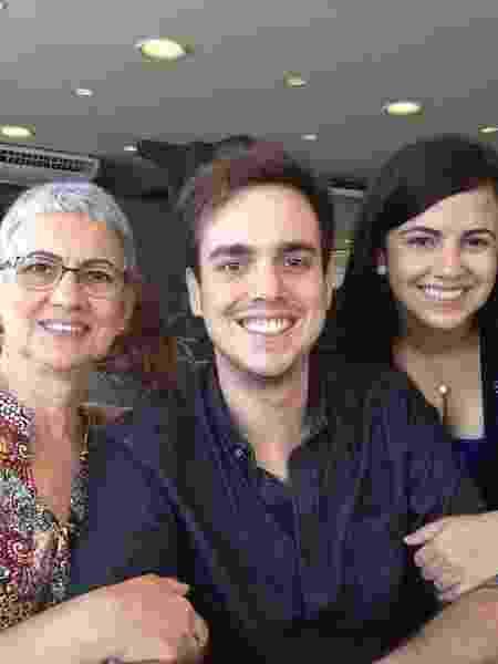 A aposentada Hilda Vieira, do Rio, com os filhos Matheus e Natalia - arquivo pessoal - arquivo pessoal