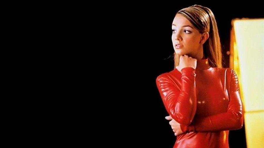"""Britney Spears no clipe de """"Oops... I did it again""""; roupa metalizada e maquiagem futurista são símbolos da estética Y2K - Reprodução YouTube"""