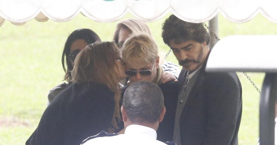 13.set.2015 - Sasha beija Xuxa durante o sepultamento do irmão Cirano Rojabaglia