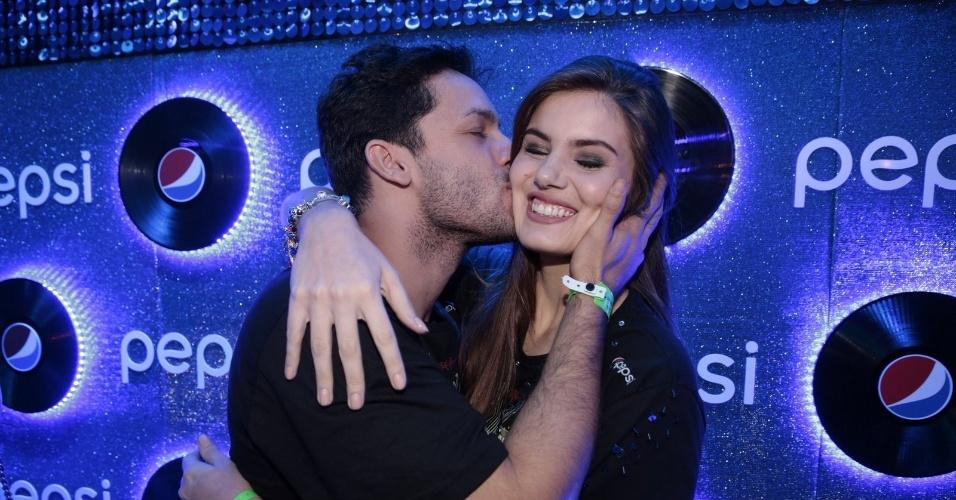26.set.2015 - Camila Queiroz recebe beijo e abraço de Rainer Cadete no sexto dia de shows do Rock in Rio